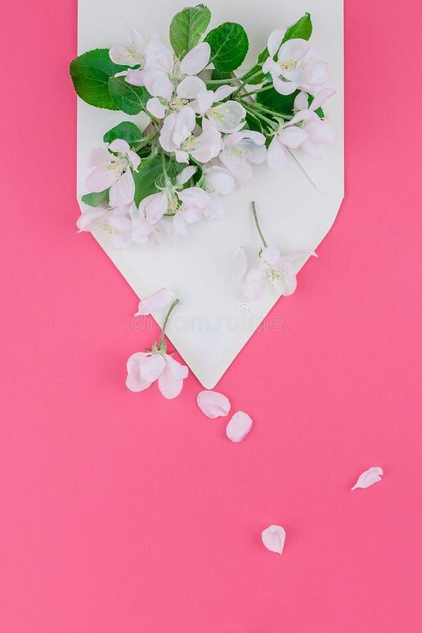 Концепция любовного письма с конвертом и цветками стоковая фотография