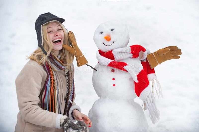 Концепция зимней любви Снеговик и зима веселятся Подмигивай. Зимний портрет девушки Зима чувствительна. стоковые фото