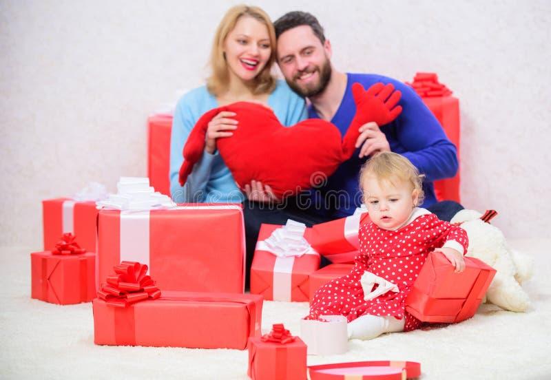 Концепция любов семьи Отпразднуйте день Святого Валентина Пары влюбленн в малыш младенца празднуют годовщину Родительство стоковые фотографии rf