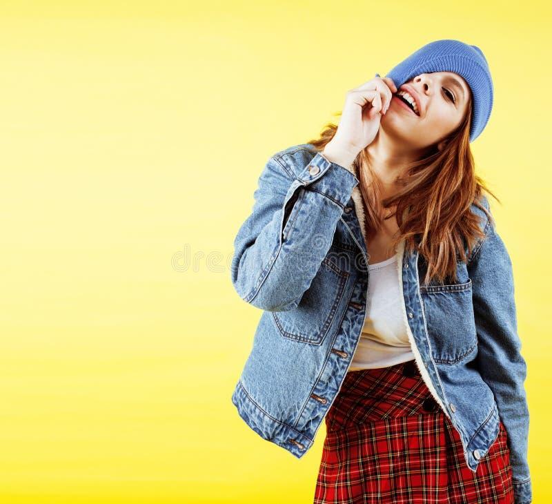 Концепция людей образа жизни: довольно молодой девочка-подросток школы имея усмехаться потехи счастливый на желтой предпосылке стоковые изображения
