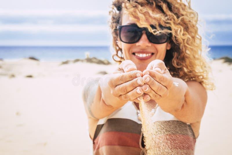Концепция людей перемещения и каникулы летнего отпуска на курорте с идеальным пляжем - жизнерадостном счастливом красивом падении стоковое изображение