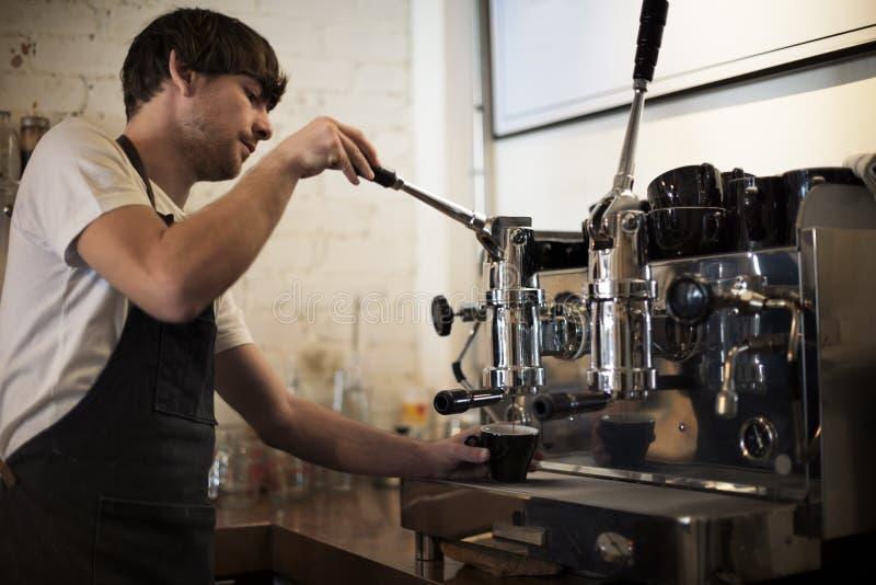 Концепция магазина Barista пара Portafilter машины кофе стоковое изображение rf