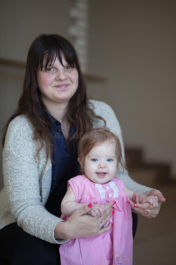 Концепция мамы и дочери mothr и ребенок в розовом платье Счастье материнства ВЕРТИКАЛЬНАЯ ОРИЕНТАЦИЯ ЛИСТА стоковая фотография