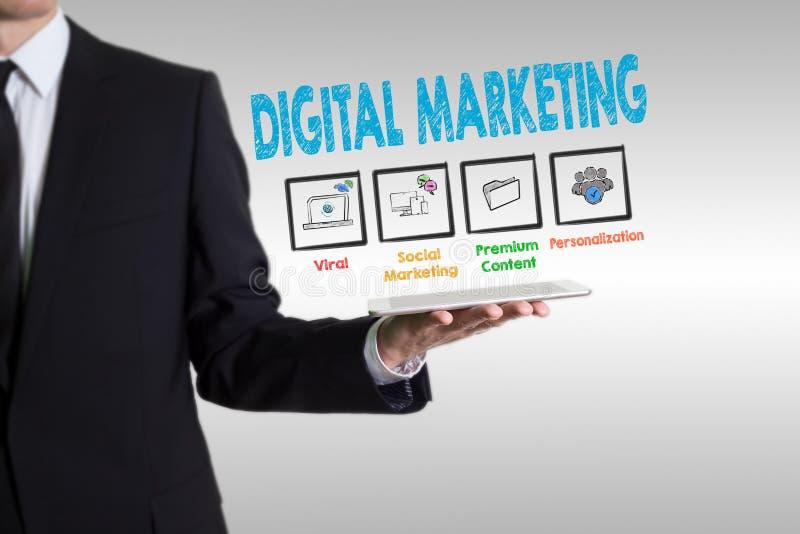 Концепция маркетинга цифров, молодой человек держа планшет стоковое изображение