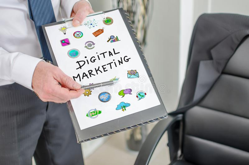 Концепция маркетинга цифров на доске сзажимом для бумаги стоковая фотография