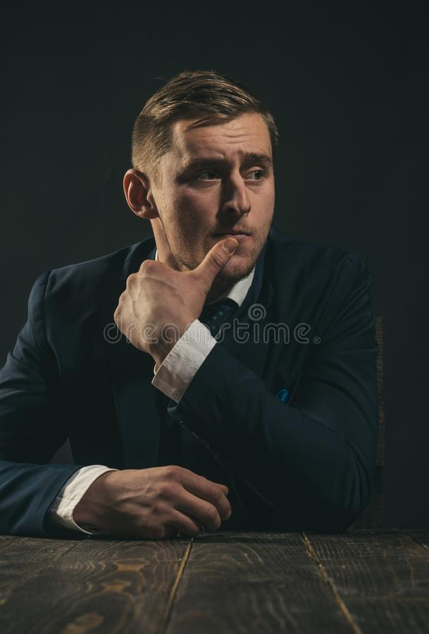 концепция мелкого бизнеса Человек в костюме мафия зарабатывать деньги Работа бизнесмена в офисе бухгалтера схематическое здоровье стоковые фото
