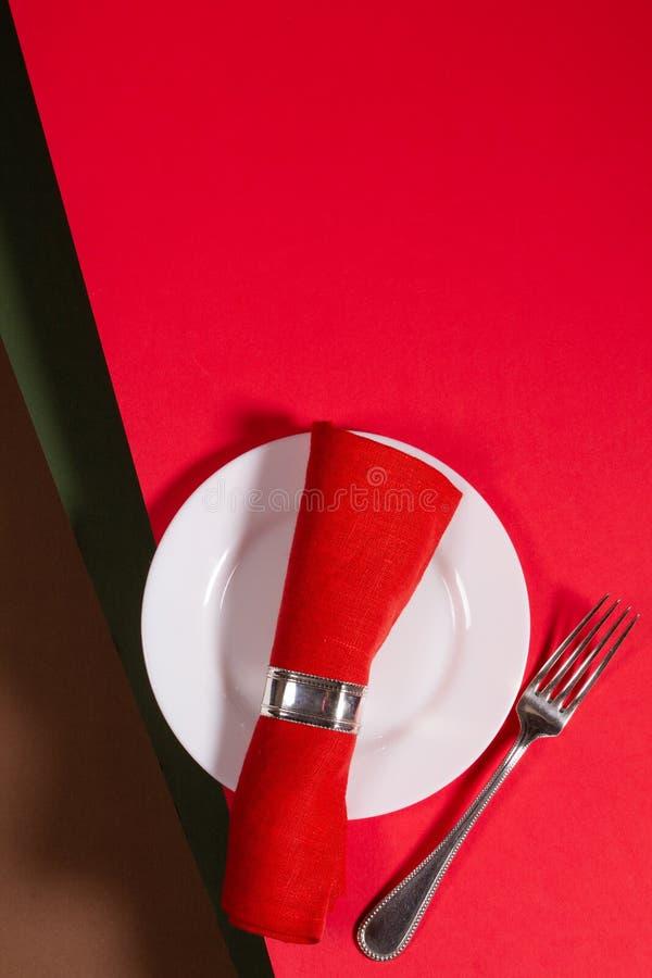 Концепция меню праздника на красном фоне стоковые изображения rf
