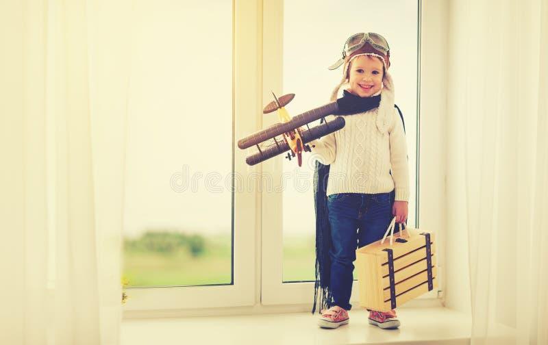 Концепция мечт и перемещений пилотный ребенок авиатора с игрушкой a стоковая фотография rf
