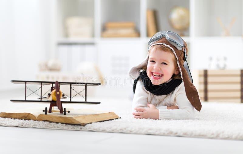 Концепция мечт и перемещений Счастливый пилотный ребенок авиатора с a стоковая фотография rf