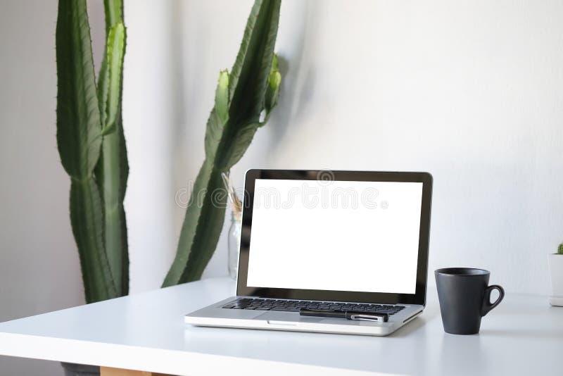 Концепция модель-макета рабочего места Насмешка вверх по домашнему ноутбуку оформления и стоковое фото