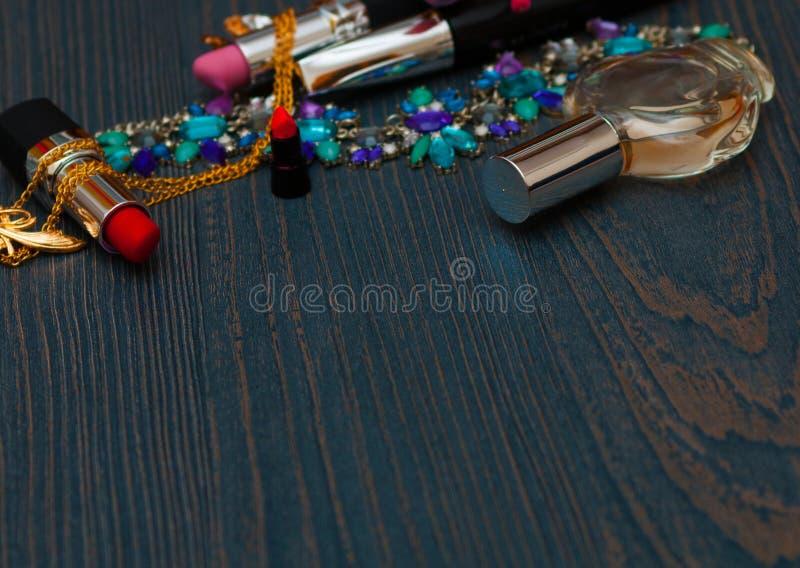Концепция моды красоты Женские введенные в моду аксессуары: щетки, стекла, косметики, ювелирные изделия, ботинки на белой предпос стоковые изображения rf