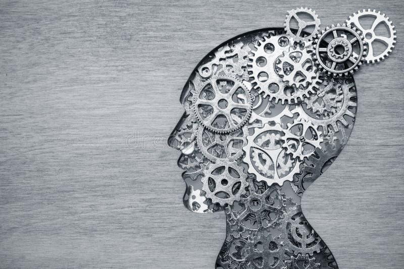 Концепция мозга модельная сделанная от шестерней и cogwheels на деревянной предпосылке стоковая фотография