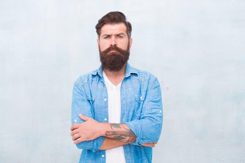 Концепция мужественности и мужских красоты Хипстер с бородой и усик носят рубашку джинсовой ткани u Зверский стоковое изображение