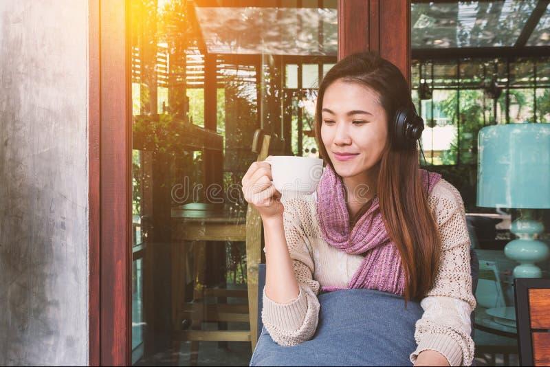 Концепция музыки кофе наушников слушая выпивая стоковое фото rf