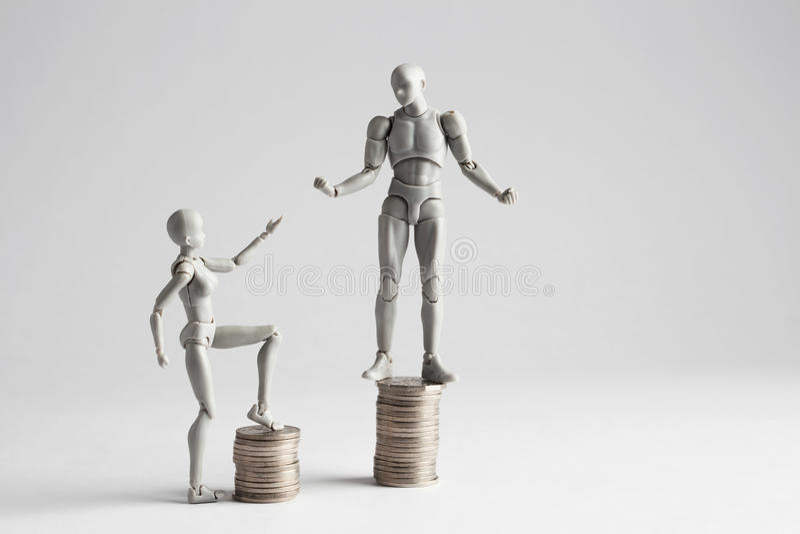 Концепция неравенства дохода показанная с figurines стоковые изображения