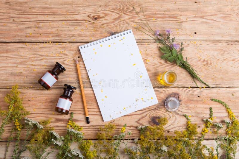 Концепция нетрадиционной медицины - душистое масло в бутылках, трава стоковые фото