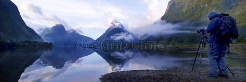Концепция Новой Зеландии перемещения Milford Sound гор стоковое изображение rf