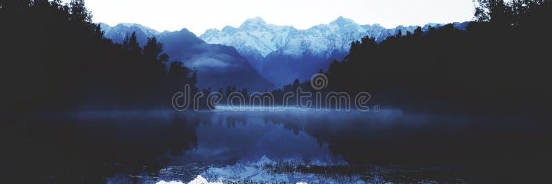 Концепция Новой Зеландии перемещения Milford Sound гор стоковое изображение
