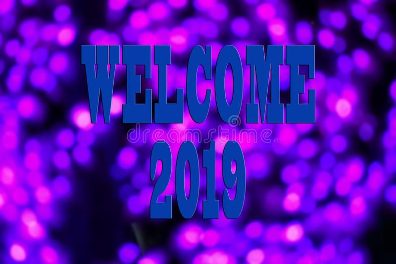КОНЦЕПЦИЯ 2019 НОВЫХ ГОДОВ С ТЕКСТОМ ПРИВЕТСТВУЕТ 2019 НАД ЗАПАЧКАННЫМ BACKGR стоковое фото rf