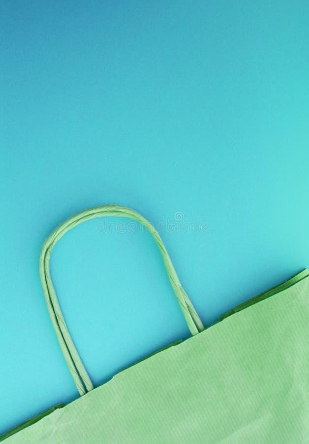 Концепция нул жизней отхода Бумажная многоразовая хозяйственная сумка, без пластмассы, взгляд сверху, голубая предпосылка, вертик стоковая фотография rf
