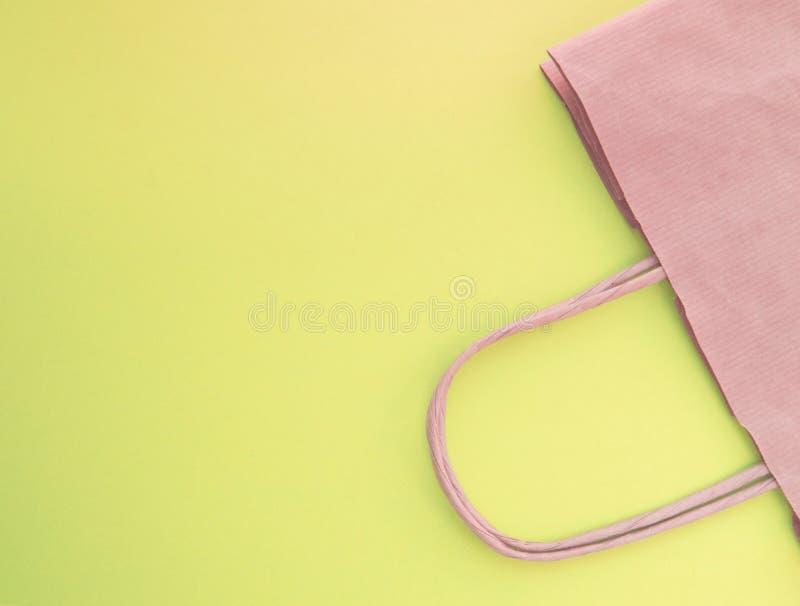 Концепция нул жизней отхода Бумажная многоразовая хозяйственная сумка, без пластмассы, взгляд сверху, желтая предпосылка стоковое фото