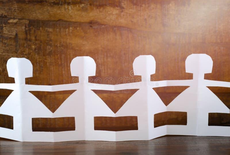 Концепция дня счастливых детей с бумажными куклами стоковые изображения
