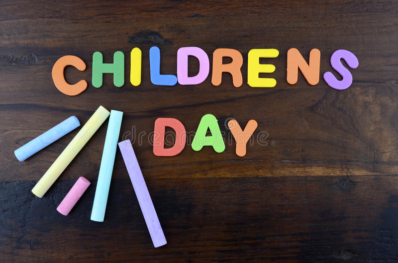 Концепция дня счастливых детей с красочными письмами игры стоковые фотографии rf