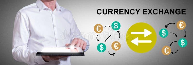 Концепция обмена валюты с человеком, использующим планшет стоковое фото