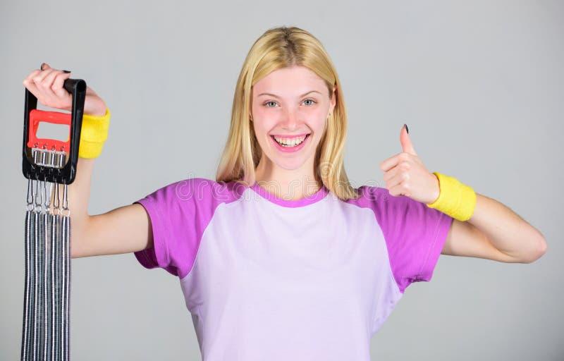 Концепция оборудования спорта Улучшите ваше тело Достигните большей формы Оборудование спорта детандера простирания женщины с уси стоковые фотографии rf