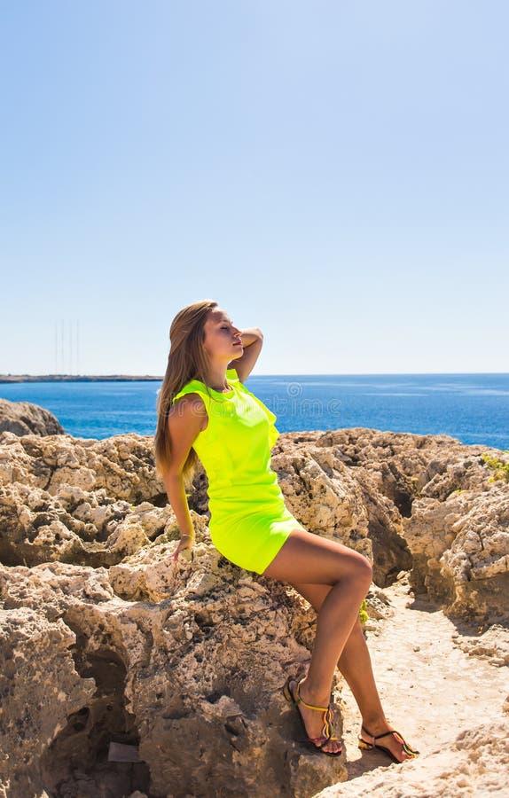 Концепция образа жизни - красивая счастливая женщина наслаждаясь летом outdoors стоковые фотографии rf