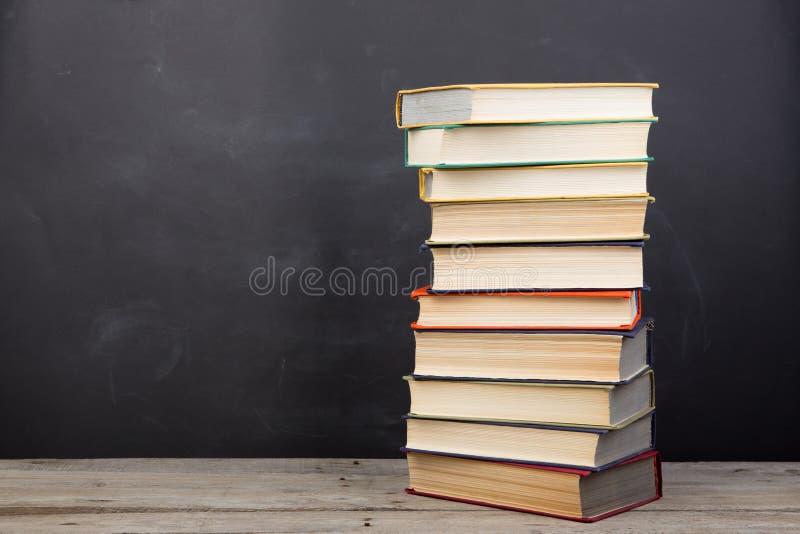 Концепция образования - книги на столе в аудитории стоковые фотографии rf