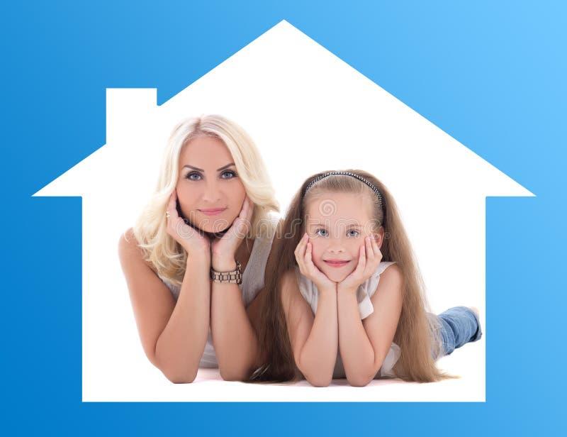 Концепция дома и семьи - мать с ее маленький лежать дочери стоковые фотографии rf