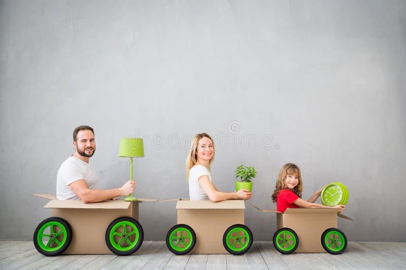 Концепция дома дня семьи новая домашняя Moving стоковое фото