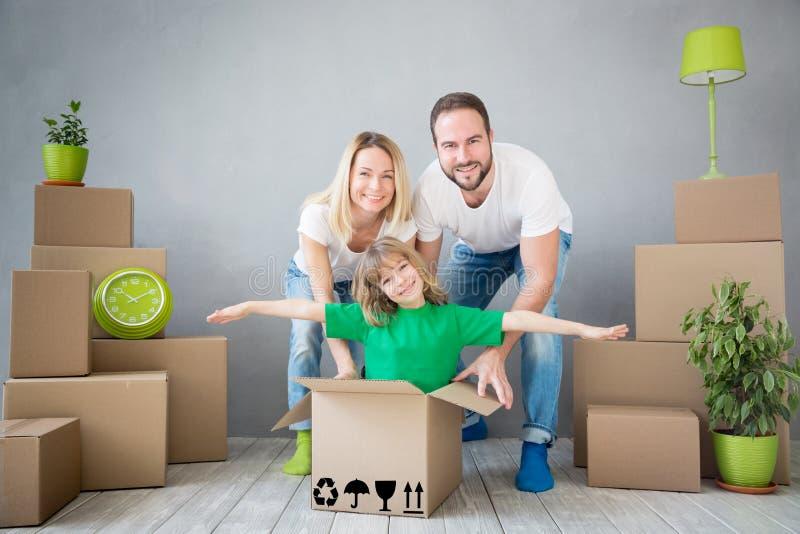Концепция дома дня семьи новая домашняя Moving стоковые изображения
