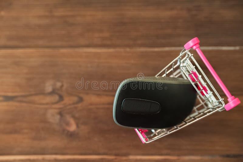 Концепция онлайн покупок черная пятница Мини-вагонетка от супермаркета и мыши на деревянной предпосылке, космоса стоковые изображения