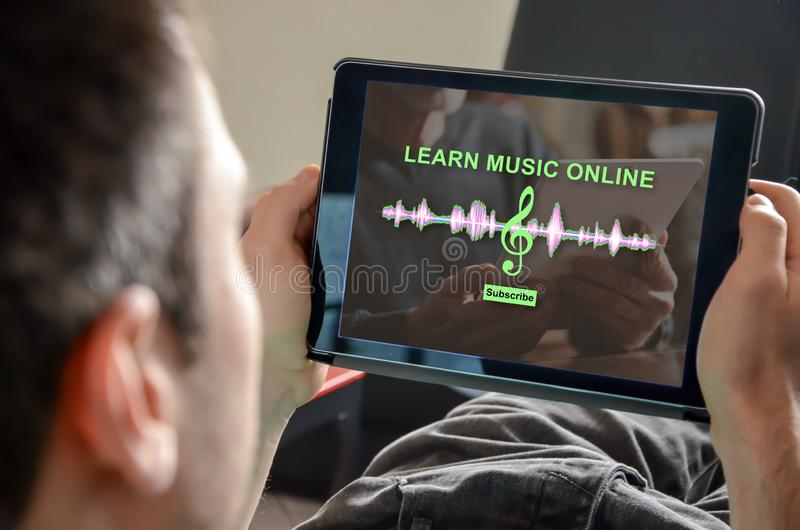 Концепция онлайн урока музыки стоковая фотография