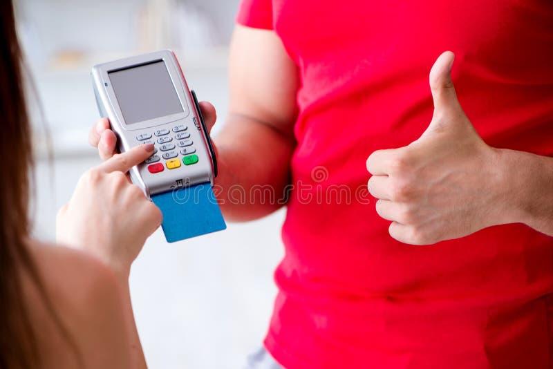 Концепция оплачивать с стержнем pos стоковое изображение