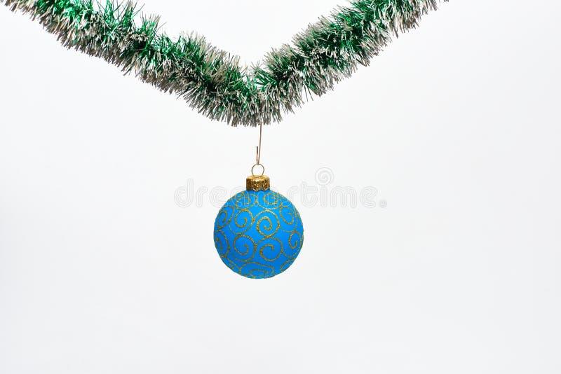 Концепция орнамента рождества Шарик с блестящими орнаментами висит на мерцающей зеленой сусали вал марионетки украшения ткани рож стоковые изображения