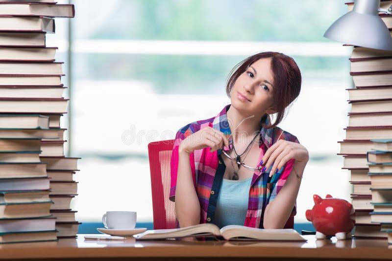 Концепция дорогих учебников с студенткой стоковое изображение