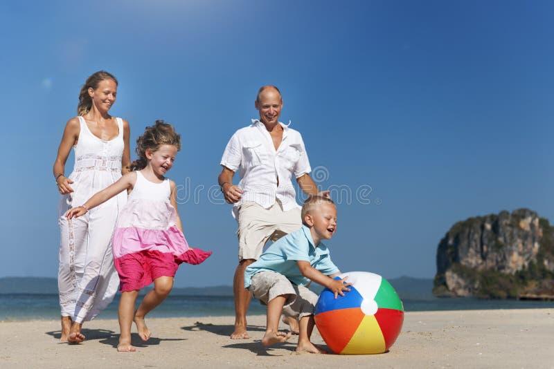 Концепция дочери сына матери отца семьи шарика пляжа стоковая фотография