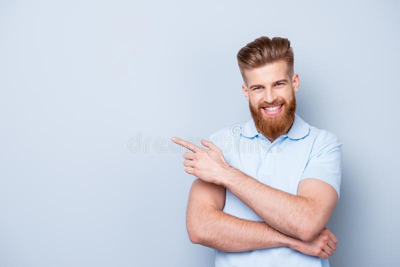 Концепция парикмахерской рекламы Молодое красивое красное бородатое styl стоковое изображение rf