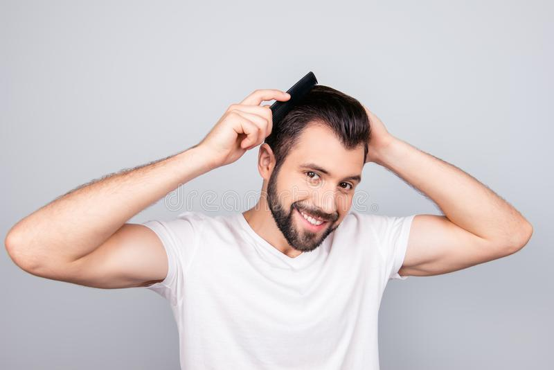 Концепция парикмахерской Усмехаясь красивое молодое брюнет в белом t sh стоковое изображение