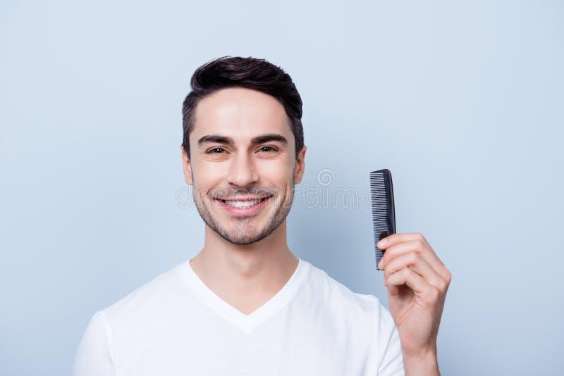 Концепция парикмахерской Усмехаясь красивый молодой brunete в белом t s стоковые фото