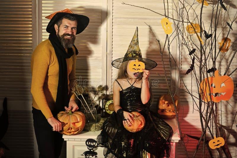 Концепция партии хеллоуина Волшебник и маленькая ведьма в шляпах стоковая фотография rf