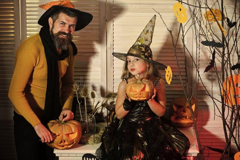Концепция партии хеллоуина Волшебник и маленькая ведьма в шляпах стоковое фото rf