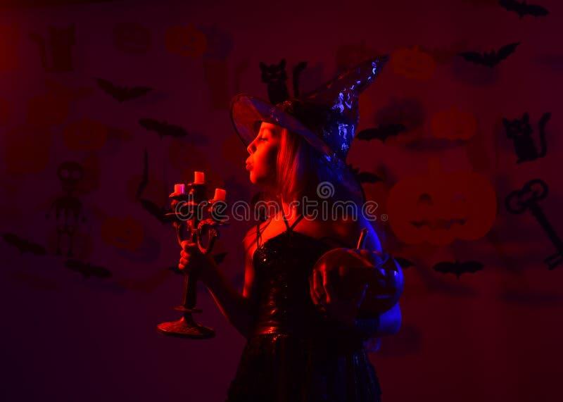 Концепция партии хеллоуина Девушка с занятой стороной на кровопролитном красном цвете стоковая фотография