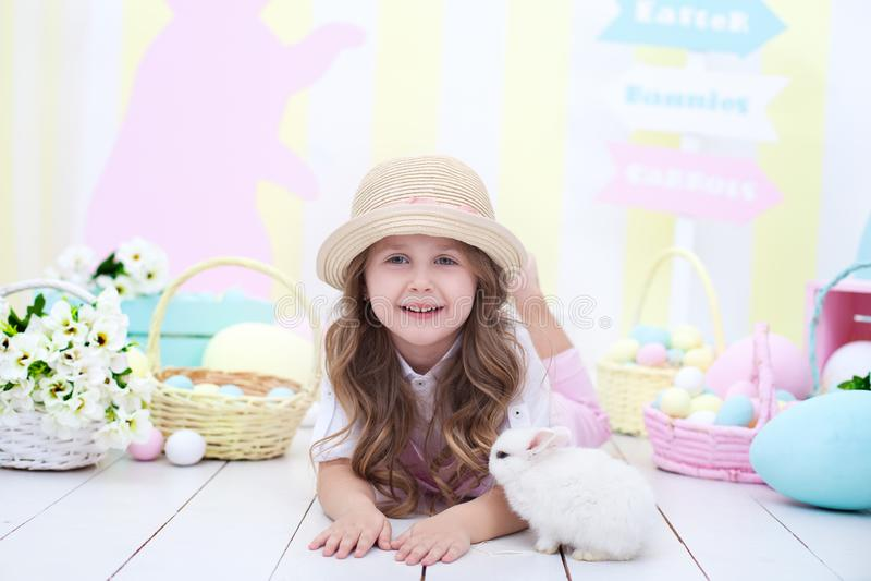 Концепция пасхи, праздников и людей! Девушка играя с зайчиком пасхи милым Оформление пасхи красочное, корзина красочных яя стоковое изображение