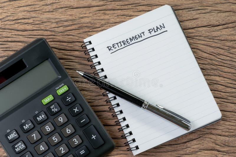 Концепция пенсионного плана, калькулятор с пустым блокнотом с ручкой и заголовок почерка как пенсионный план на деревянной таблиц стоковые изображения rf