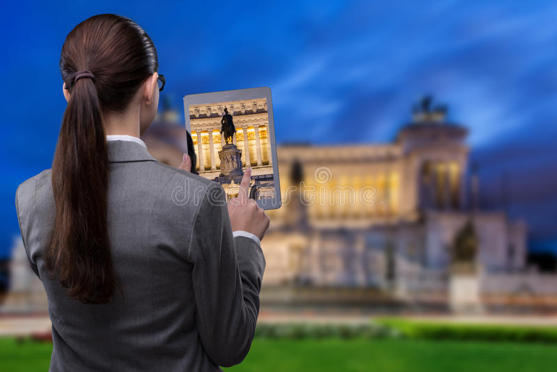 Концепция перемещения виртуальной реальности с женщиной и таблеткой стоковое фото