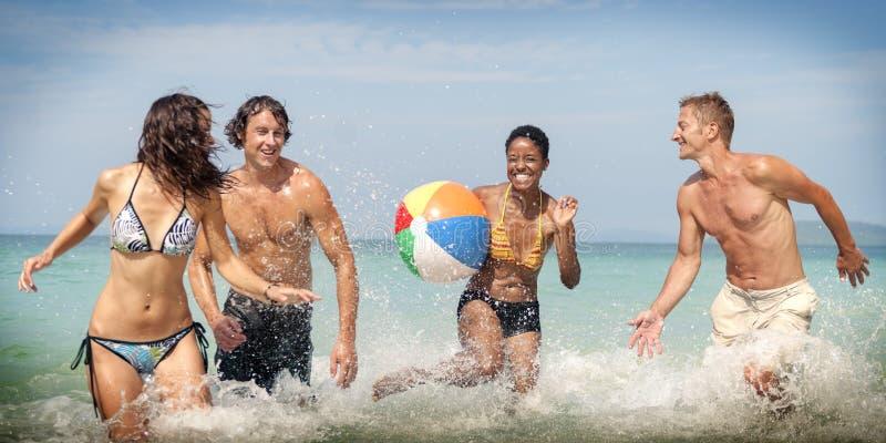 Концепция перемещения летних каникулов друзей шарика пляжа стоковая фотография rf